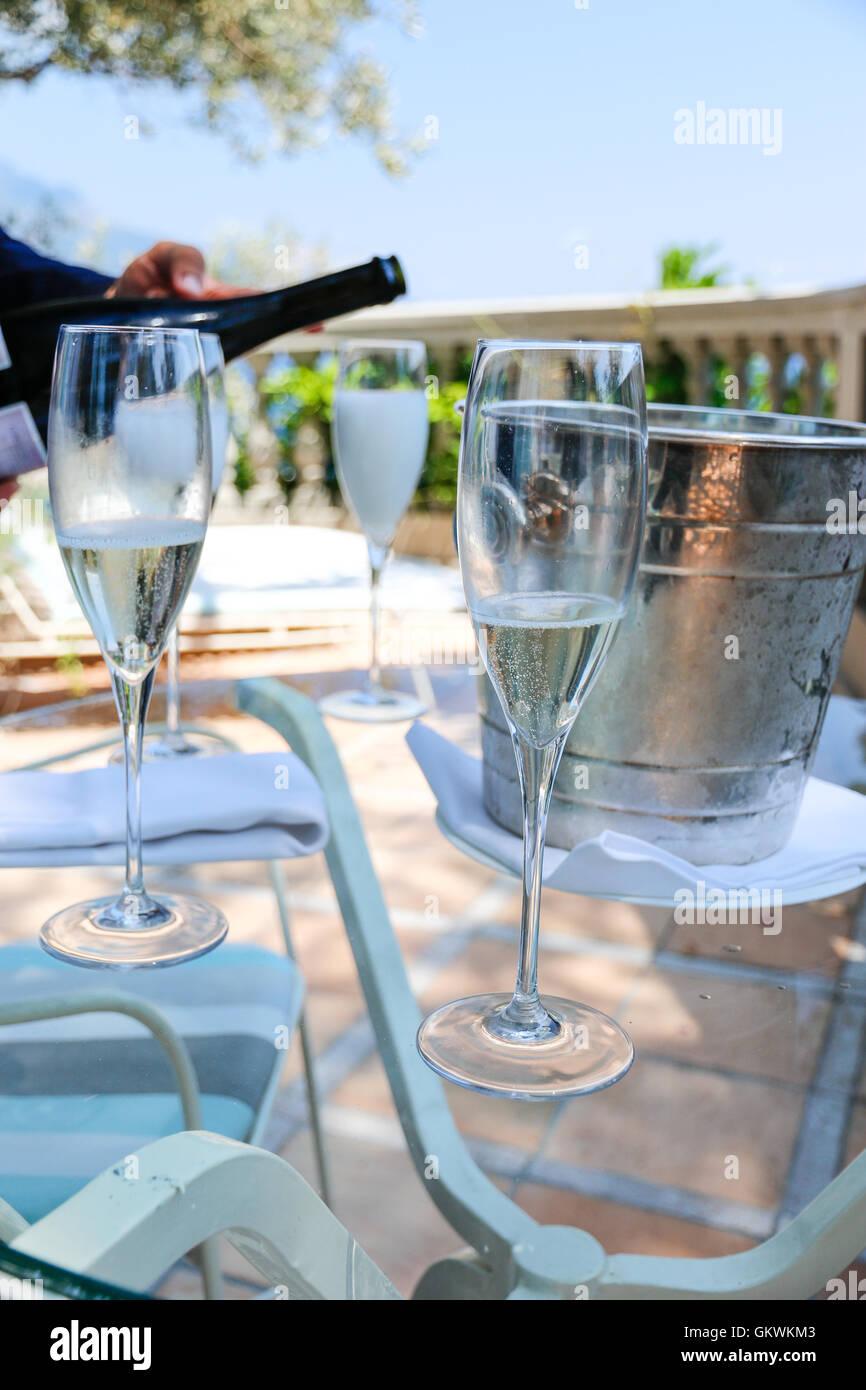 Champagner auf einer Terrasse am Meer Stockfoto