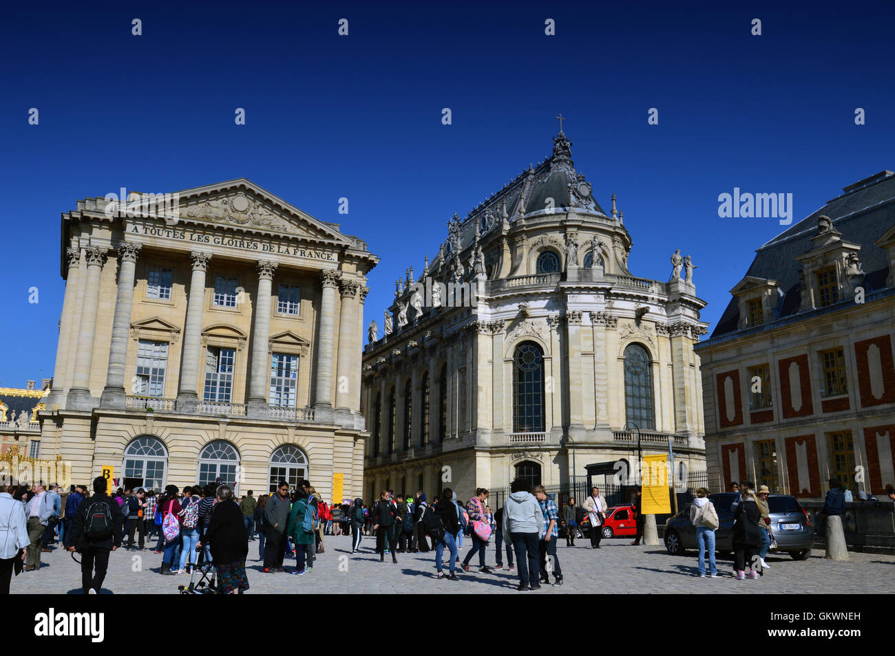 VERSAILLES, Frankreich - 19. April 2015: Touristen warten auf den Palast von Versailles, Frankreich zu betreten Stockbild