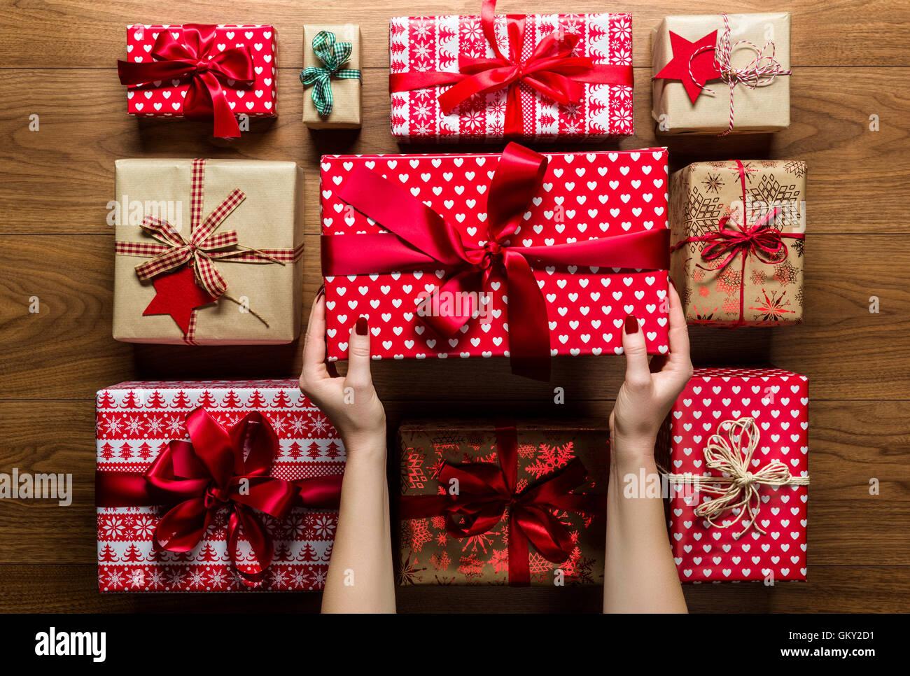 Frau organisierende schön verpackte Vintage Weihnachtsgeschenke auf ...