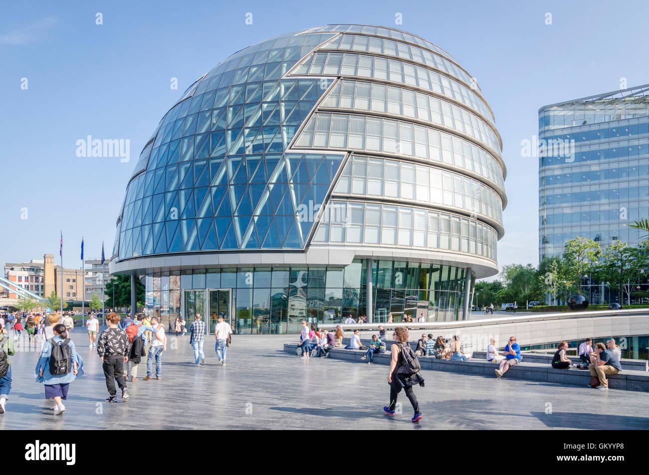Menschen vor dem Rathaus, London, UK Stockbild