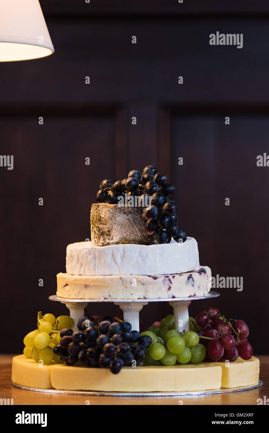 Ein Stapel von Käse mit Trauben bilden einen Kuchen bei einer Hochzeitsfeier Stockbild