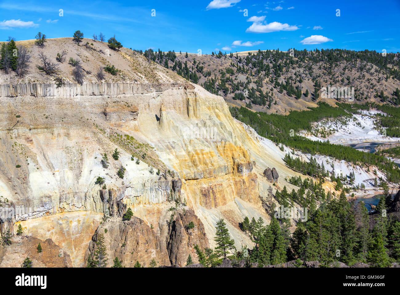 Blick auf eine bunte gelbe Klippe mit dem Yellowstone River, vorbei an unten im Yellowstone National Park Stockbild