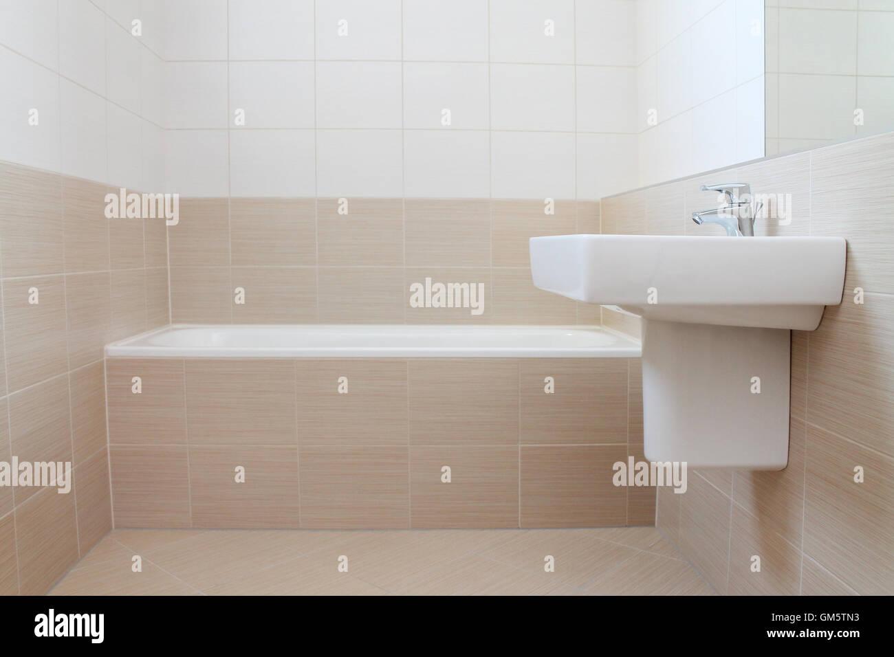 Modernes Bad mit Beige und weißen Fliesen Stockfoto, Bild ...