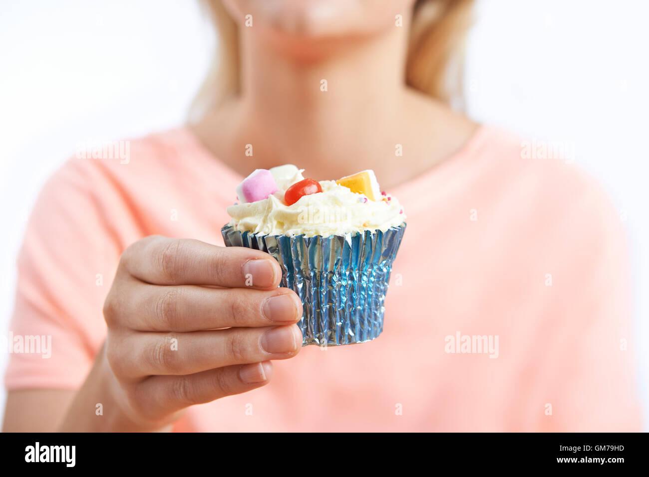 Frau mit ungesunden Cupcake hautnah Stockbild
