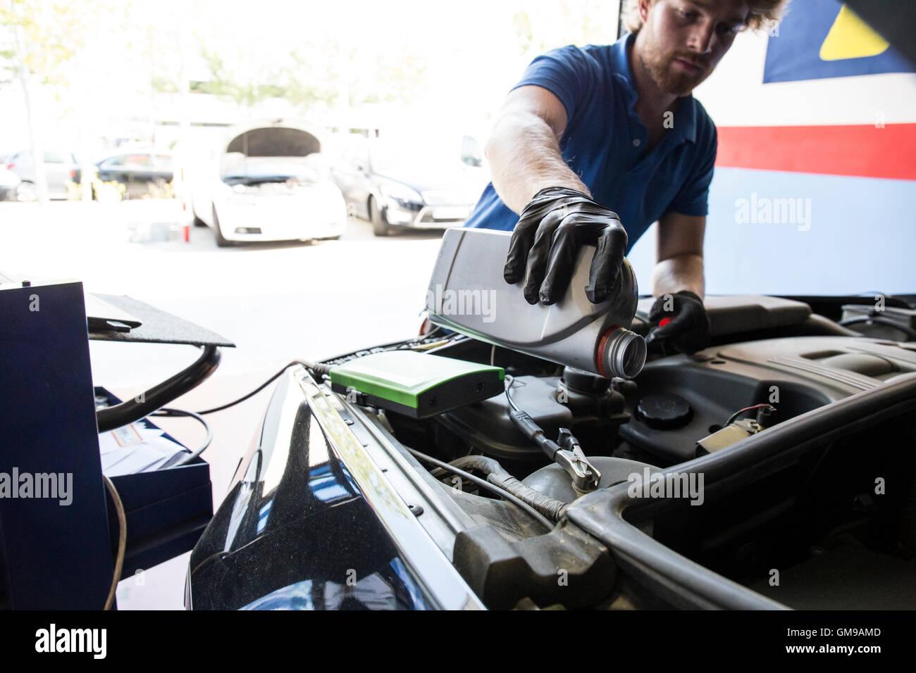 Nachfüllen von Öl im Auto Mechaniker Stockfoto, Bild: 115761309 - Alamy