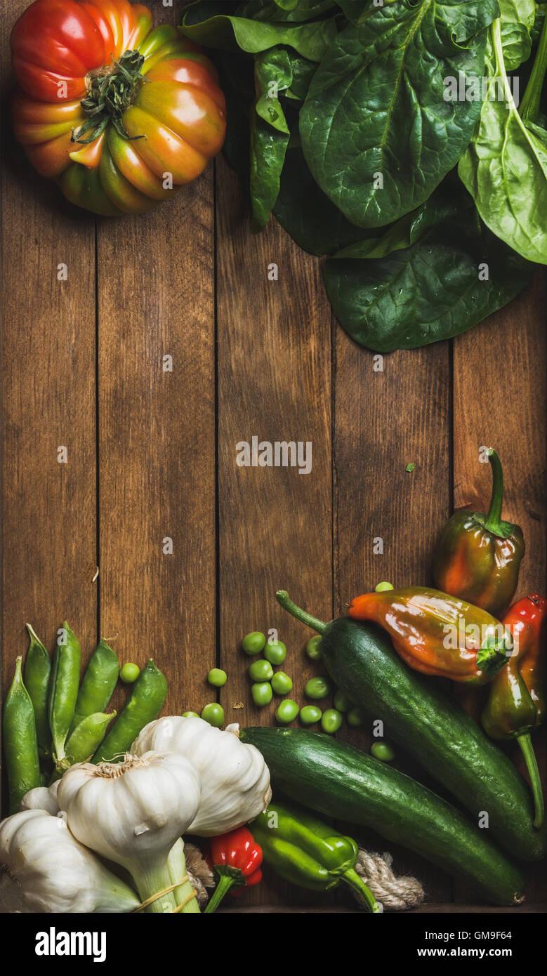 Frische Gemüse Zutaten für gesundes Kochen oder Salat machen auf hölzernen Hintergrund Stockbild