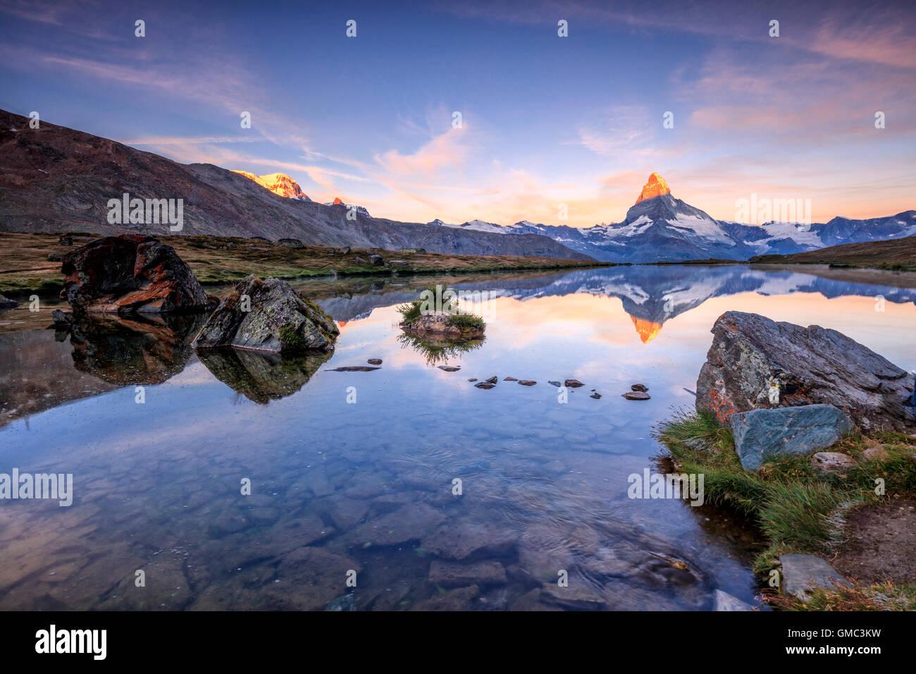 Matterhorn spiegelt sich im See Stellisee im Morgengrauen Zermatt Kanton Wallis Walliser Alpen der Schweiz Europa Stockbild
