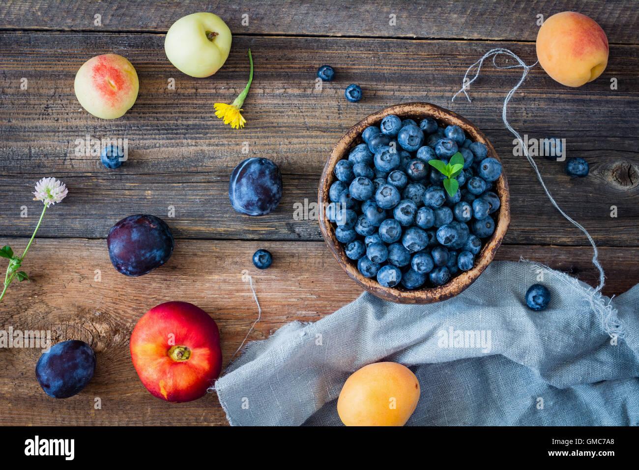 Frisches Obst auf einem Holztisch. Ansicht von oben Stockbild