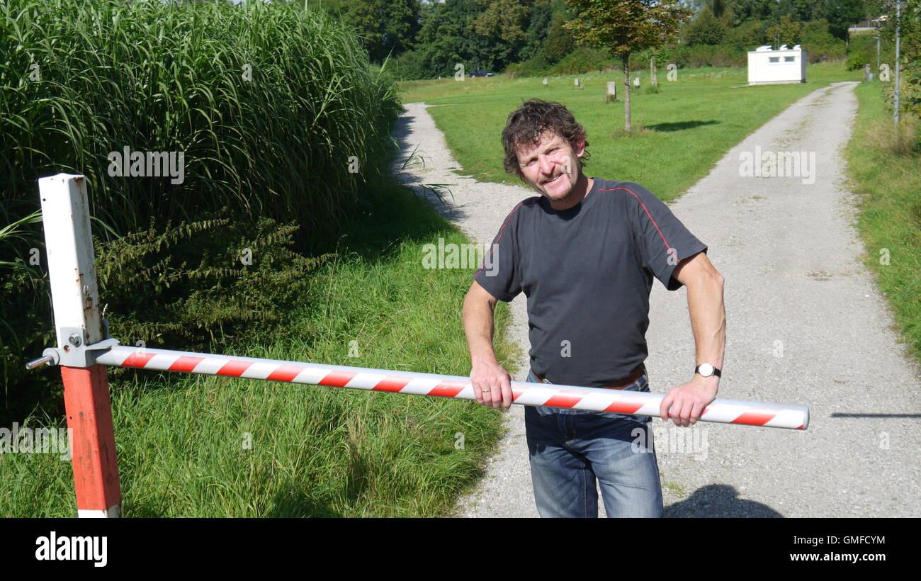 Der Koordinator des interkulturellen Netzwerk Roma und Sinti (RoSi), Christian Gradinger, steht im Vordergrund bin Stockbild