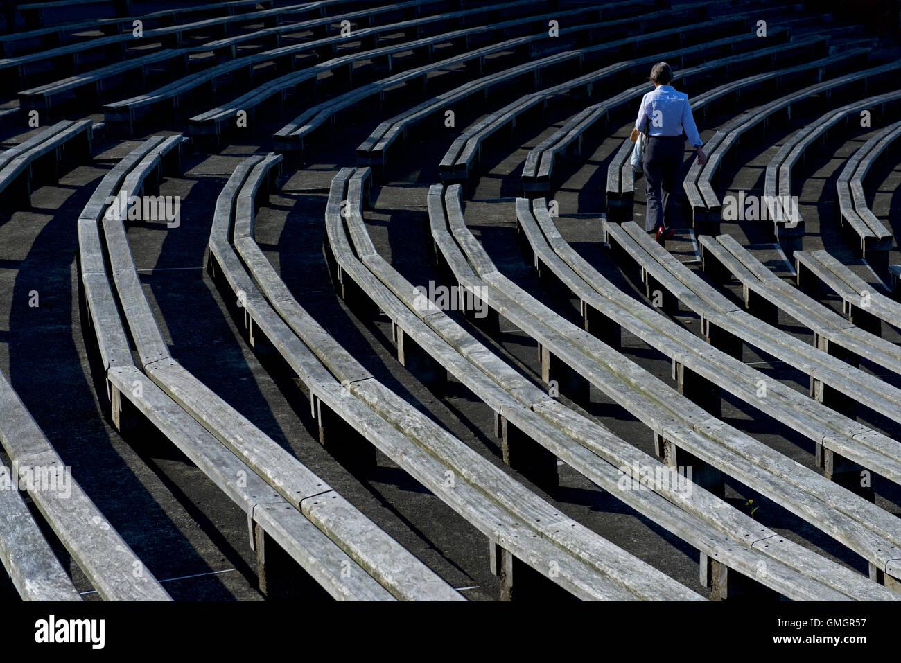 Zuschauer unter der hölzernen Sitzreihen Scarborough Cricket Club, North Marine Road, Scarborough, North Yorkshire Stockbild