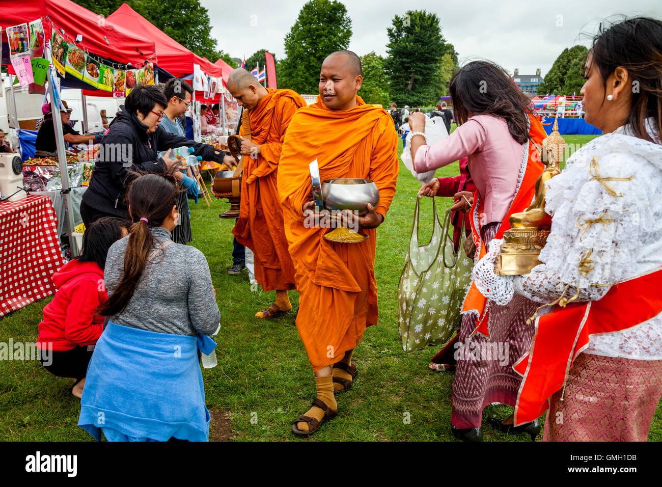 Thais anzubieten essen zwei Mönche an der Brighton Thai Festival, Preston Park, Brighton, Sussex, UK Stockbild