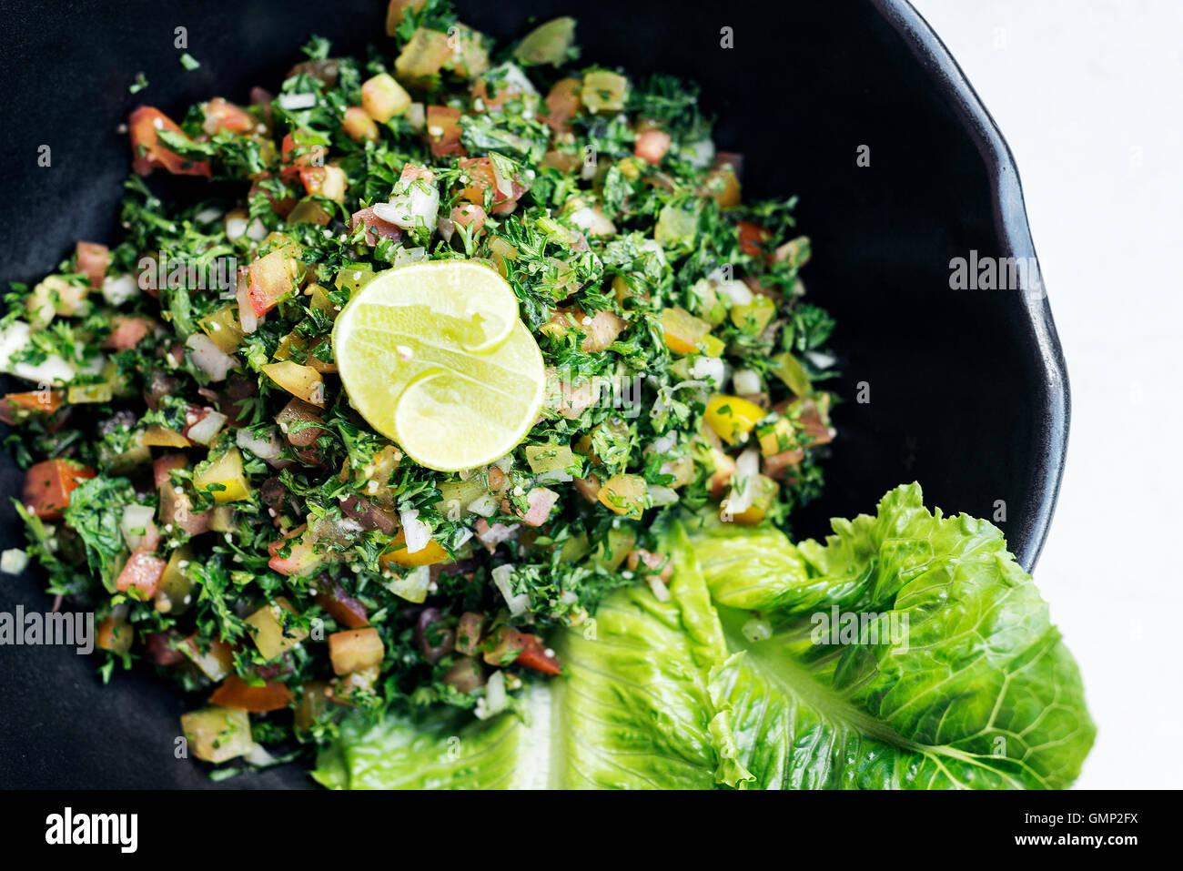 Tabouleh traditionellen libanesischen orientalisch frischer Salat Schüssel Meze Mezze starter Stockbild