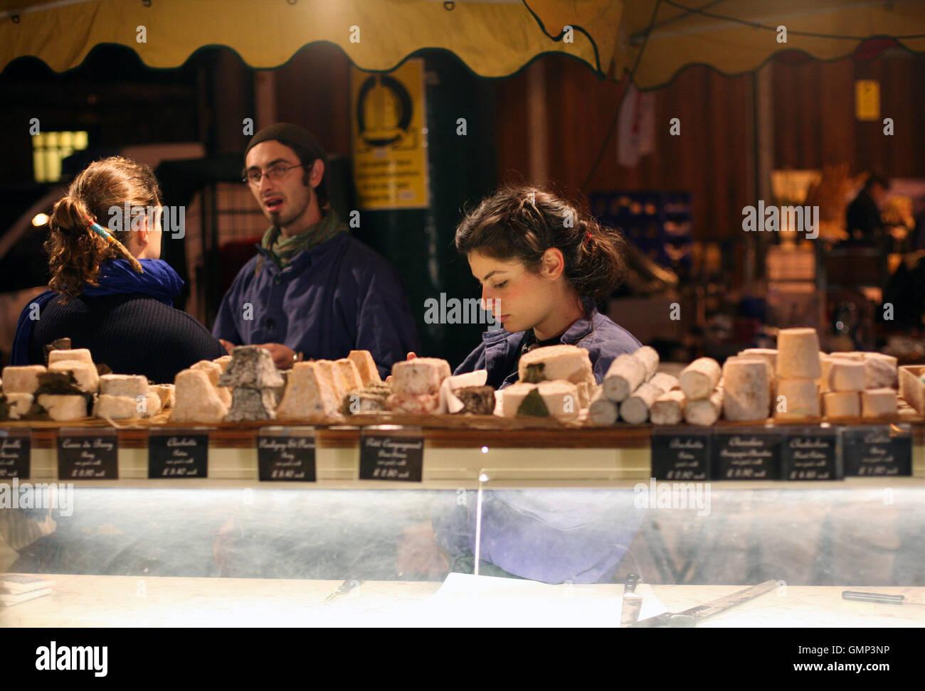 Spanische Käse Verkäufer im Borough Market, Londons älteste Lebensmittelmarkt eine eklektische Mischung Stockbild