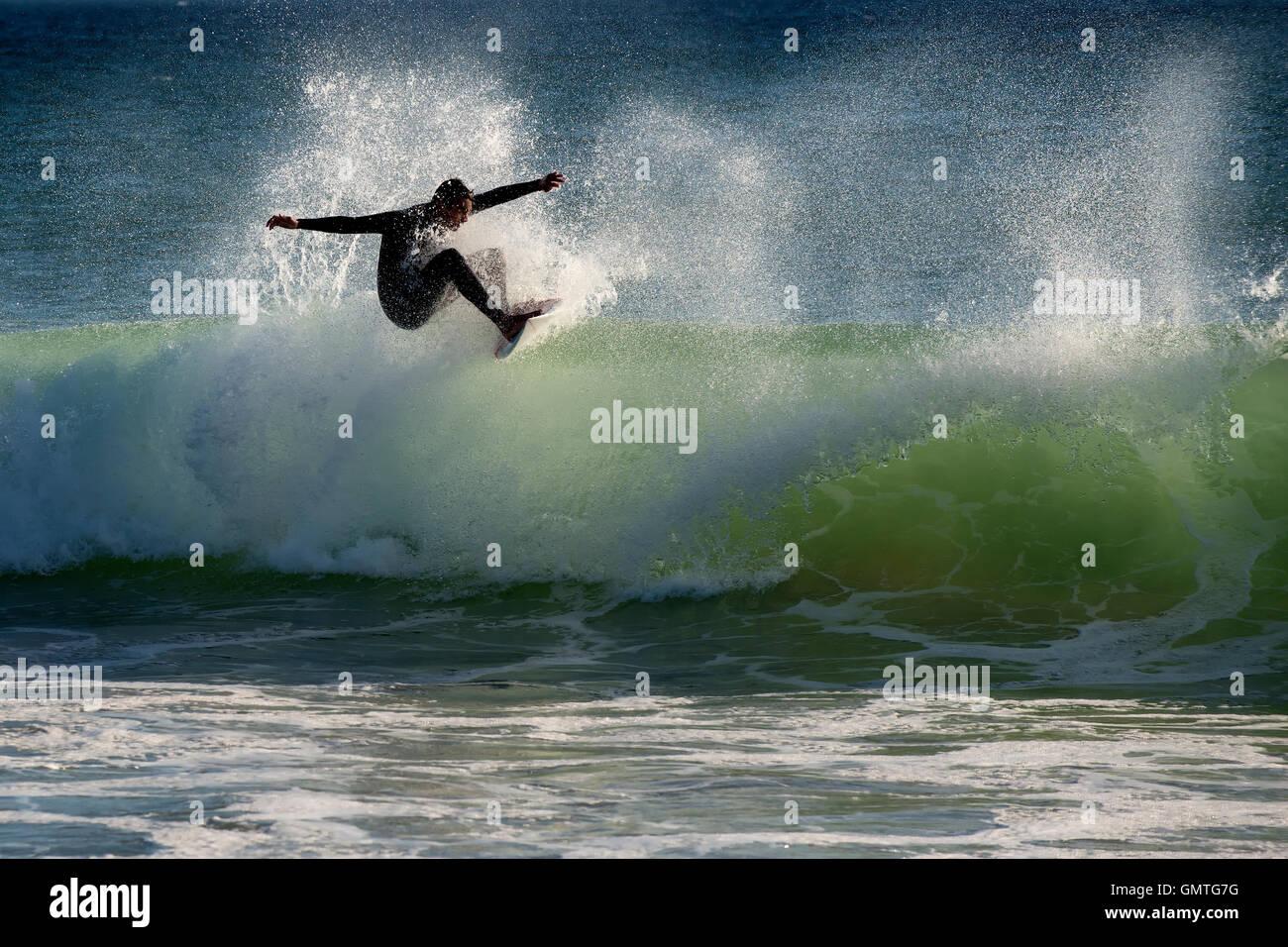 Surfer Sport dramatische Welle Spray grün Meerwasser sonnigen Geschwindigkeit Surfbrett Ozean macht Abenteuer Stockbild