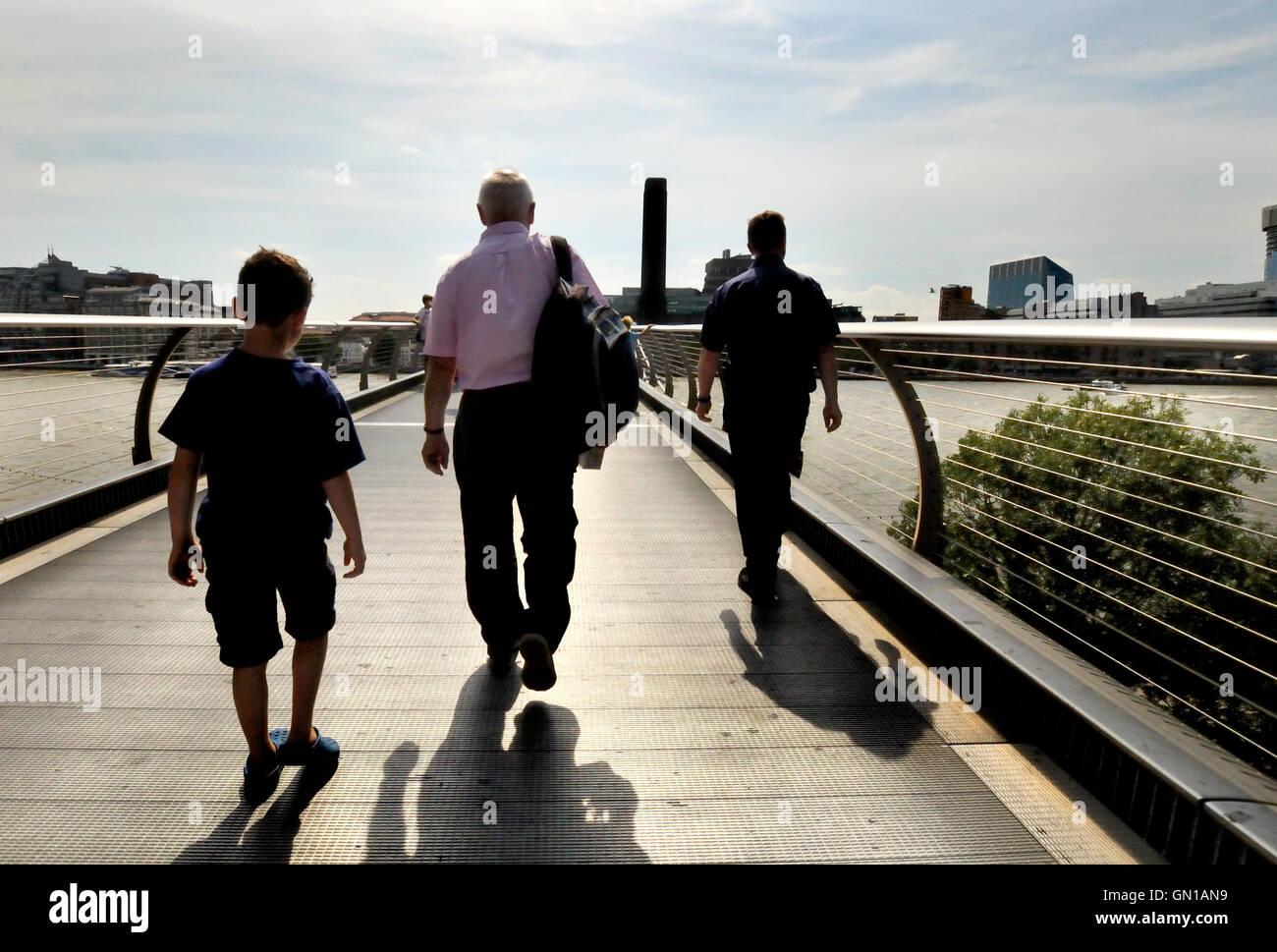 London England, UK. Menschen, die der Millennium-Brücke in Richtung Tate Modern (Südufer) Stockbild