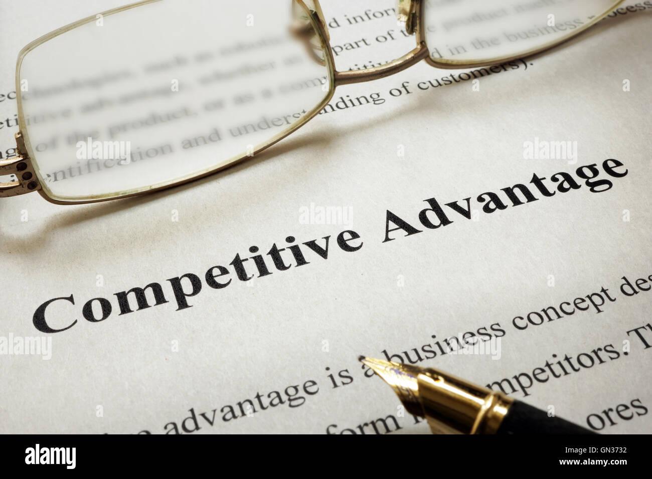 Seite des Papiers mit Worten Wettbewerbsvorteil und Gläser. Stockbild