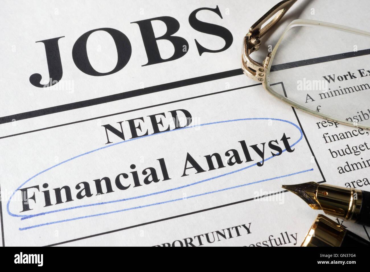 Zeitung mit Anzeigen für die Vakanz Finanzanalyst. Beschäftigung-Konzept. Stockbild