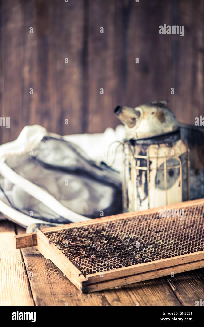 Imkerei Werkzeuge, Raucher, Hut mit Netz und Wabenrahmen Stockfoto ...