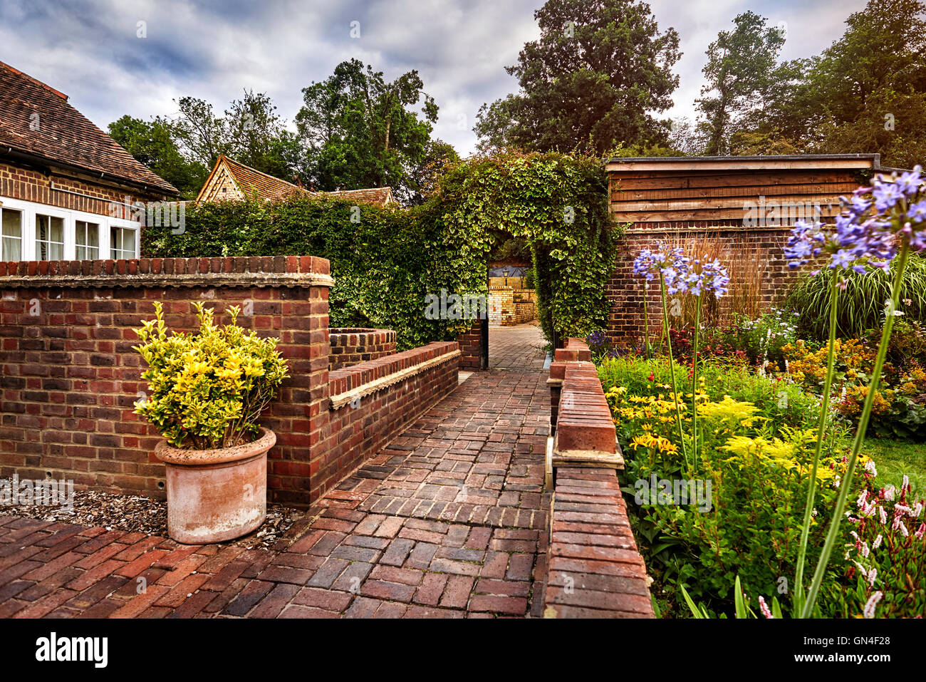 cottage courtyard house stockfotos cottage courtyard house bilder alamy. Black Bedroom Furniture Sets. Home Design Ideas