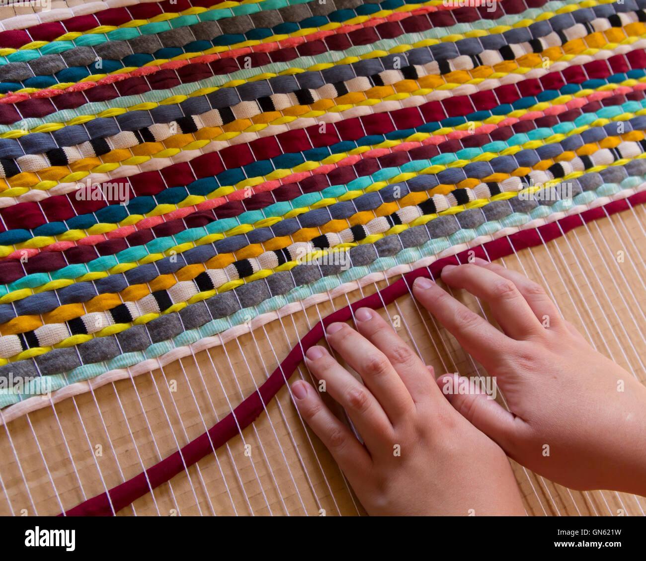 Frau Hande Einen Handgemachten Teppich Weben Stockfoto Bild