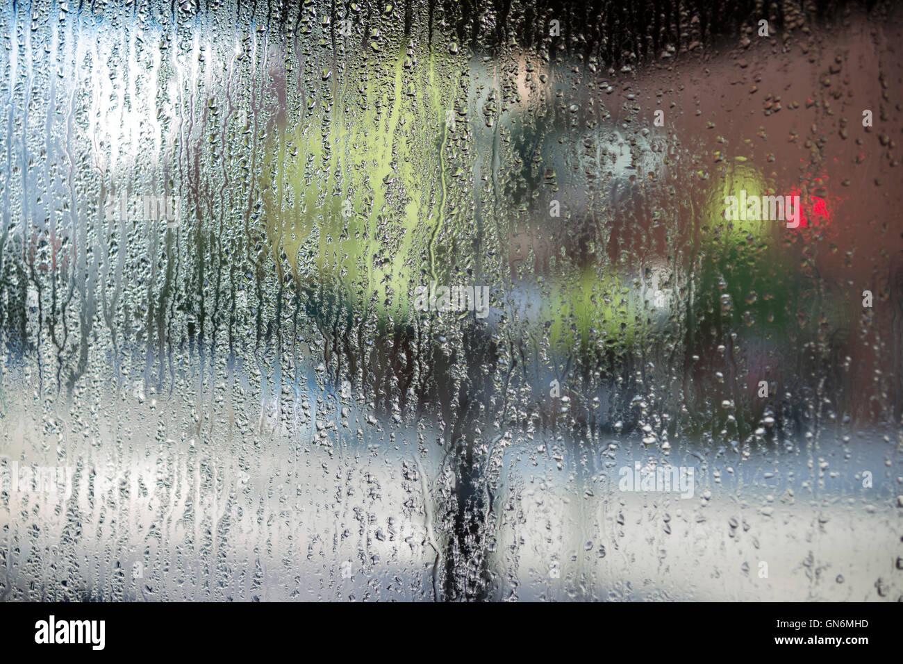 BLICK DURCH KONDENSATION AUF GLAS SHOP FENSTER DOWNTOWN SAVANNAH GEORGIA USA Stockbild