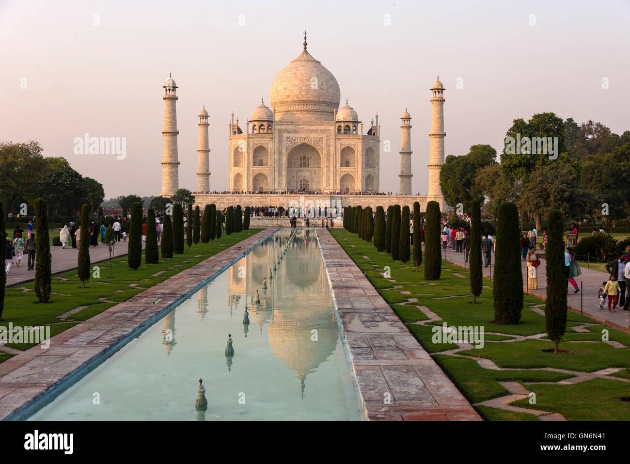 Sonne Einstellung t über den Taj Mahal und ornamentalen Pool in Agra, Uttar Pradesh, Indien Stockbild