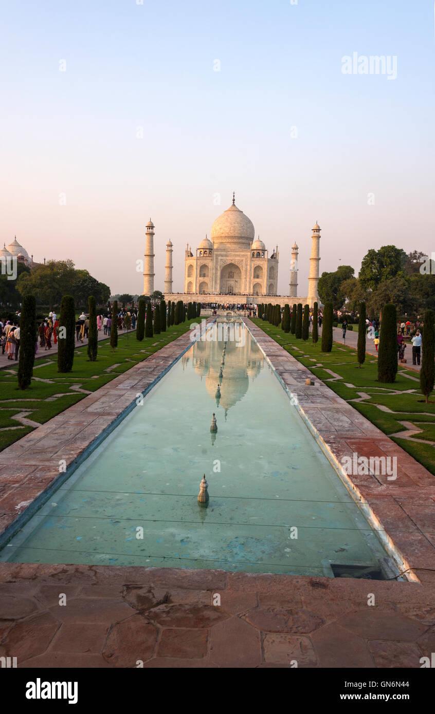 Das Taj Mahal und ornamentalen Pool in Agra, Uttar Pradesh, Indien Stockbild