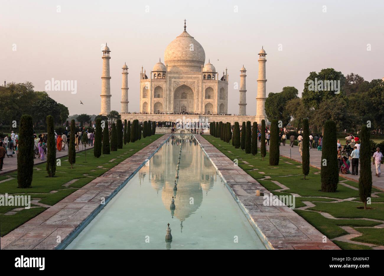 Sonnenuntergang über den Taj Mahal und ornamentalen Pool in Agra, Uttar Pradesh, Indien Stockbild