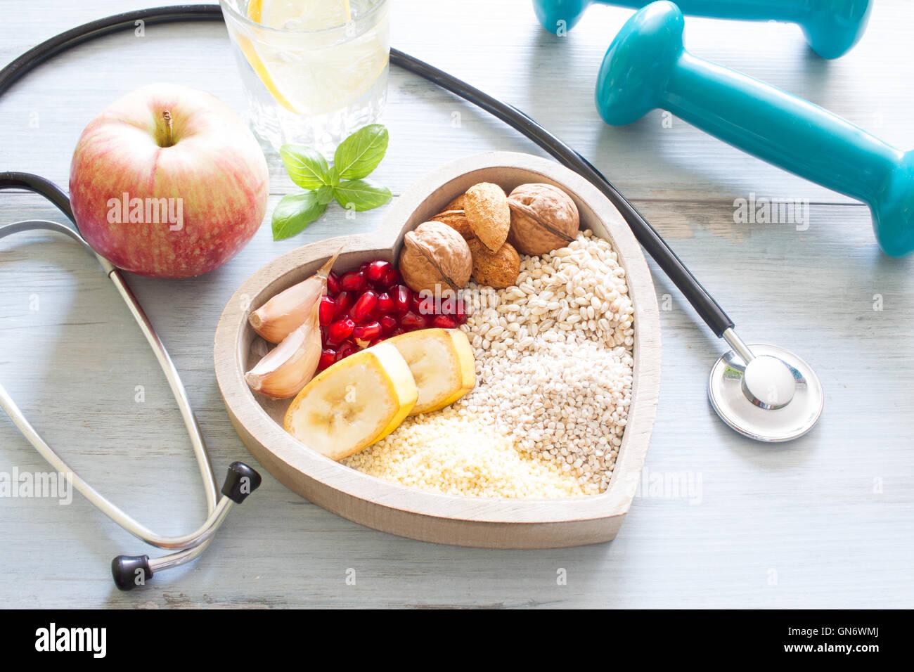Gesunde Ernährung in Herz und Wasser Diät Sport Lifestyle-Konzept Stockbild