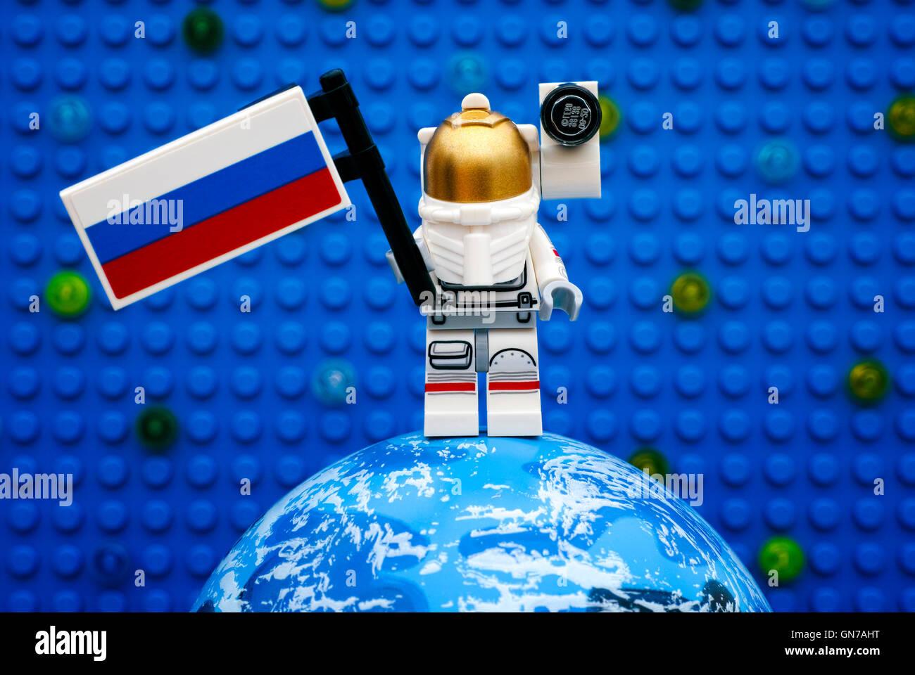 Tambow, Russische Föderation - 6. Juli 2016 Lego Spaceman Minifigur mit russischer Flagge auf Planeten gegen Stockbild