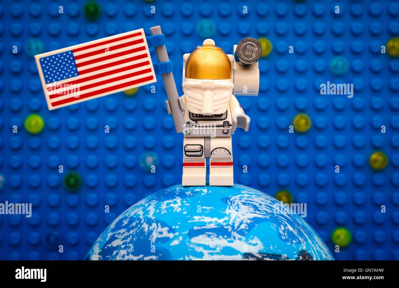 Tambow, Russische Föderation - 6. Juli 2016 Lego Spaceman Minifigur mit amerikanischen Flagge auf Planeten Stockbild