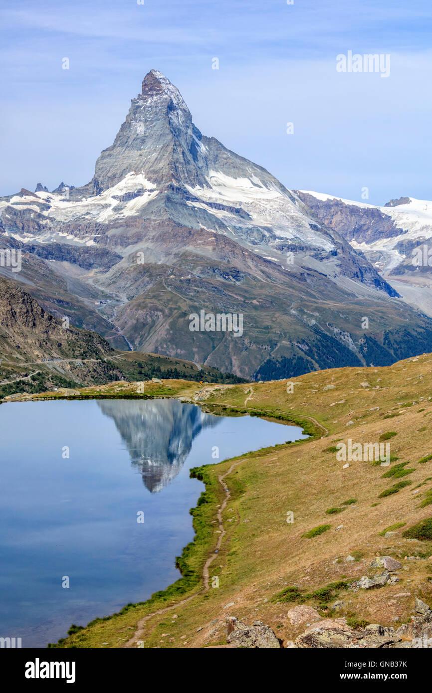 Die Spitze des Matterhorn spiegelt sich im See Stellisee Zermatt Kanton Wallis Walliser Alpen der Schweiz Europas Stockbild