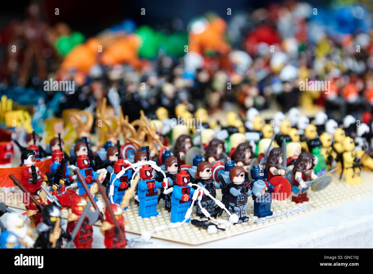 Reihen von Lego-Figuren für den Verkauf auf einen Stand auf einer Messe Sammler Stockbild