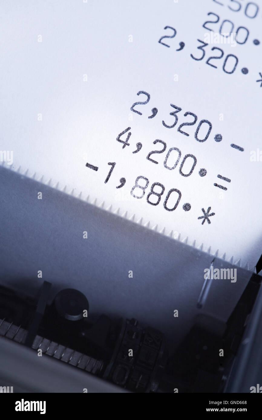 Reihe von einer elektronischen Taschenrechner mit Papierausgabe. Stockbild