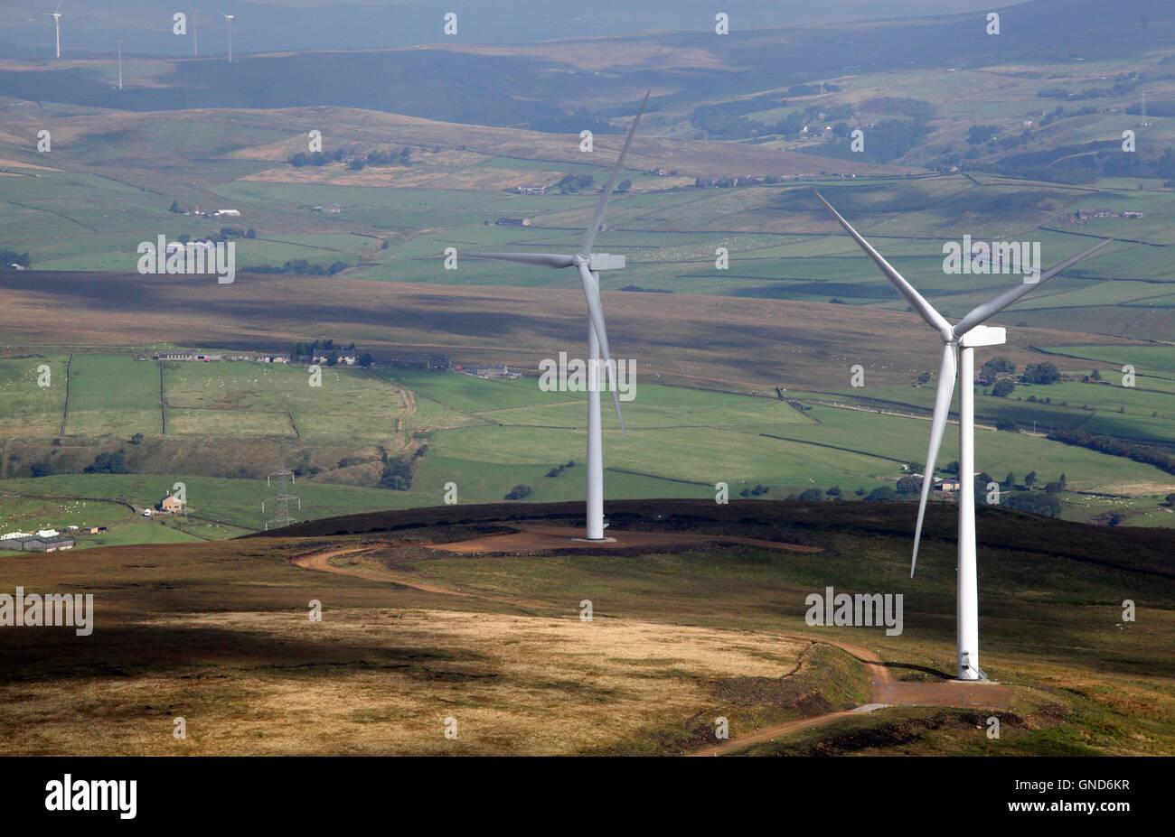 Luftaufnahme von 2 Windkraftanlagen und andere in den Hintergrund, auf der Pennines, UK Stockbild