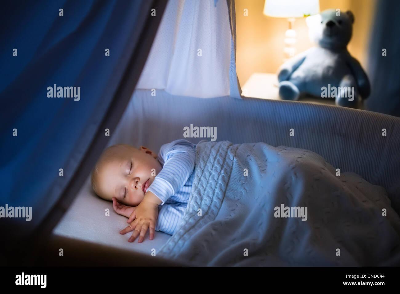 Baby in cot stockfotos & baby in cot bilder alamy