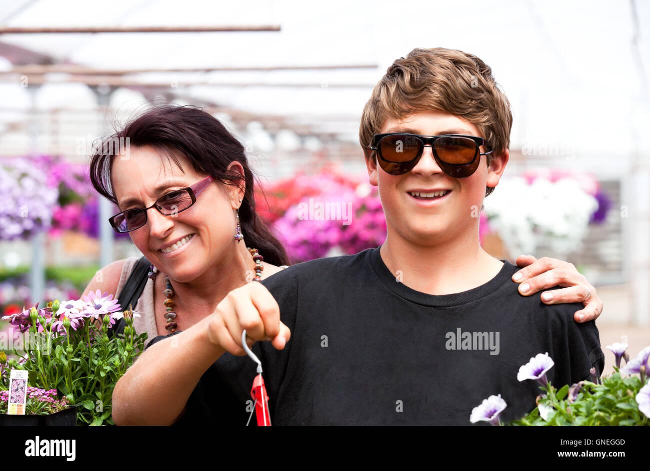 Mom Son Shopping Stockfotos & Mom Son Shopping Bilder - Alamy