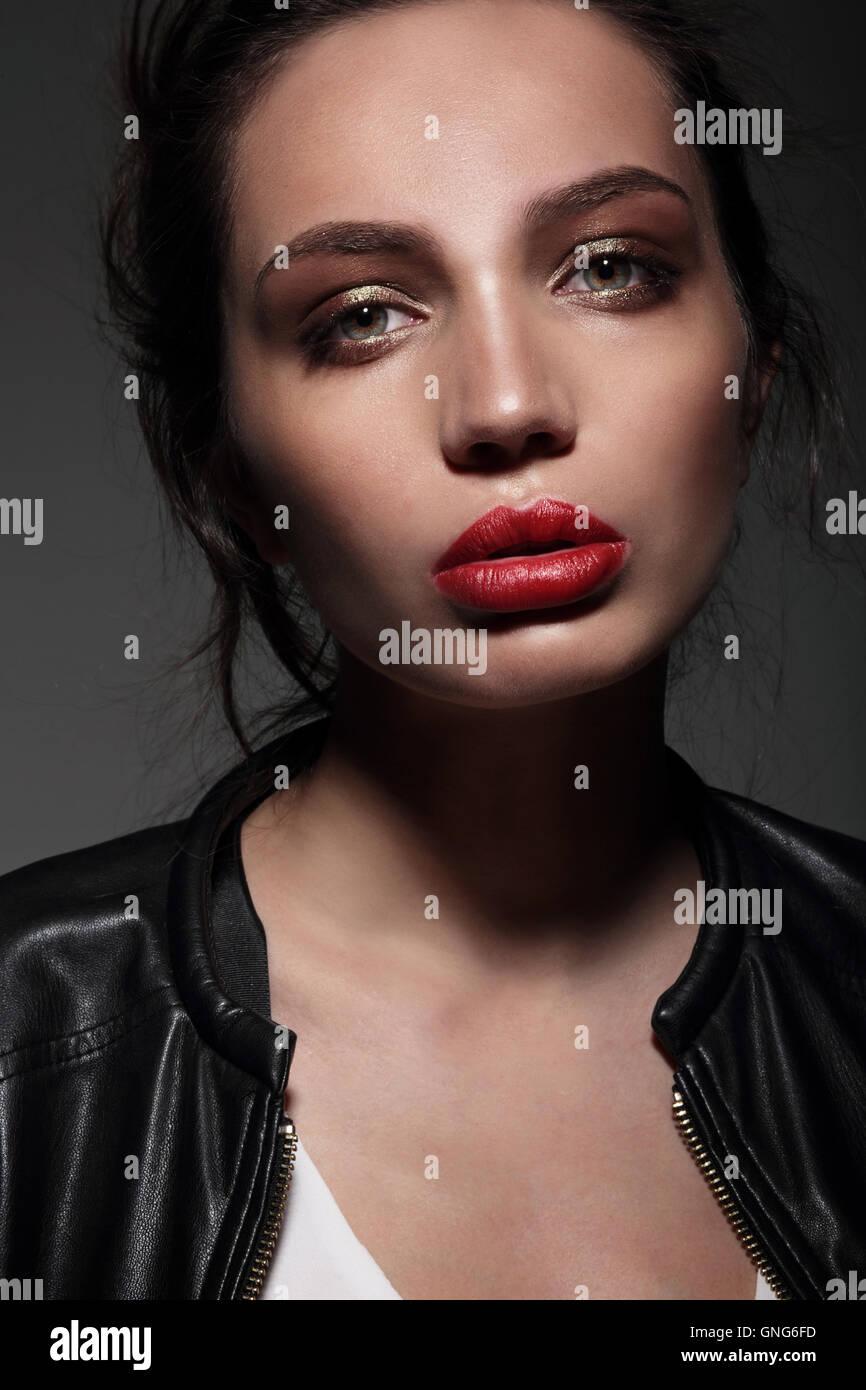 Sinnliche Portrait schöne Frau Modell Dame mit roten Lippen und saubere, gesunde Haut Gesicht. Stockfoto
