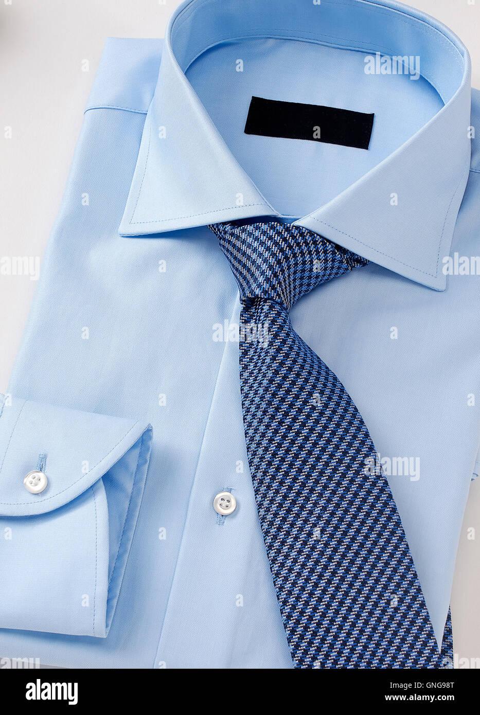Männer Hemd mit Krawatte auf weiße Kleidung. Stockbild