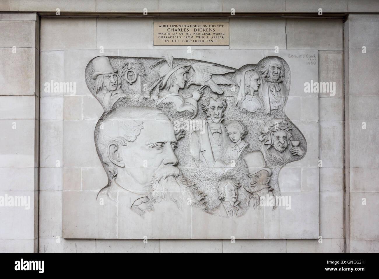 Geschnitzte Panel von Charles Dickens Zeichen von Estcourt James Clack, 1960. London, UK Stockbild