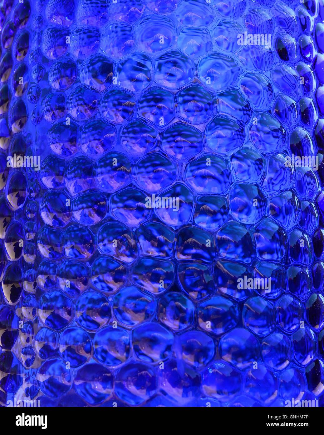 Gepunktete dunkel blauem Glas für Hintergründe. Sprudelnde blaue Glas wie Flüssigkeit. Stockbild