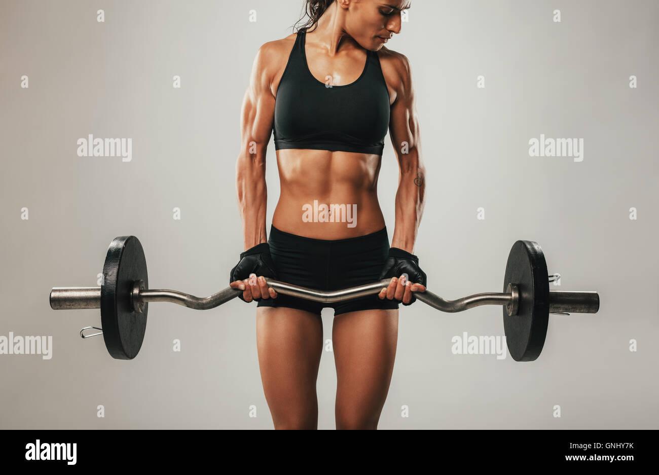 Muskeln prall auf Armen muskulösen jungen Frau mit Hantel Gewicht ...