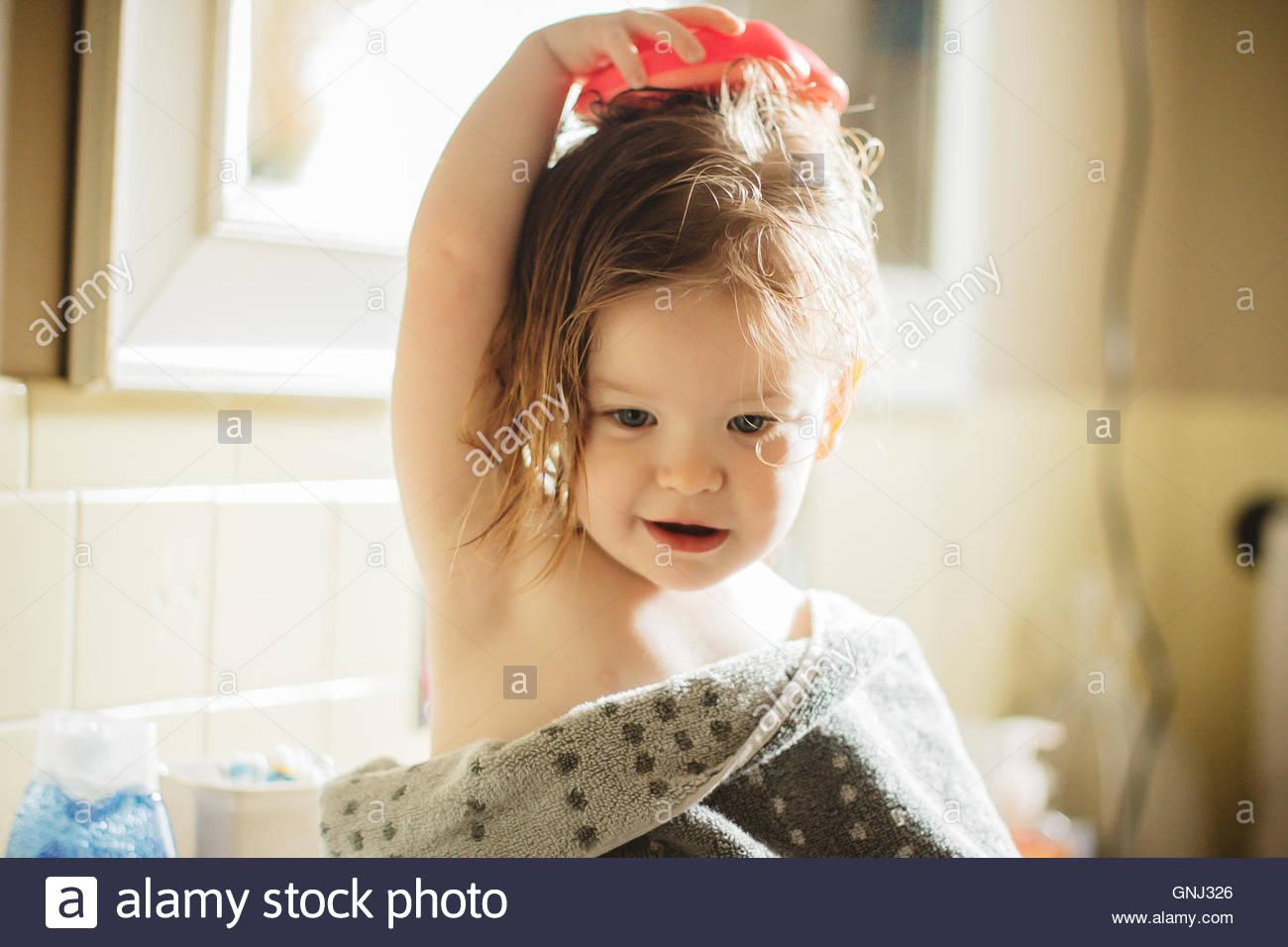 Bürsten ihr nasses Haar nach einem Bad Girl Stockbild