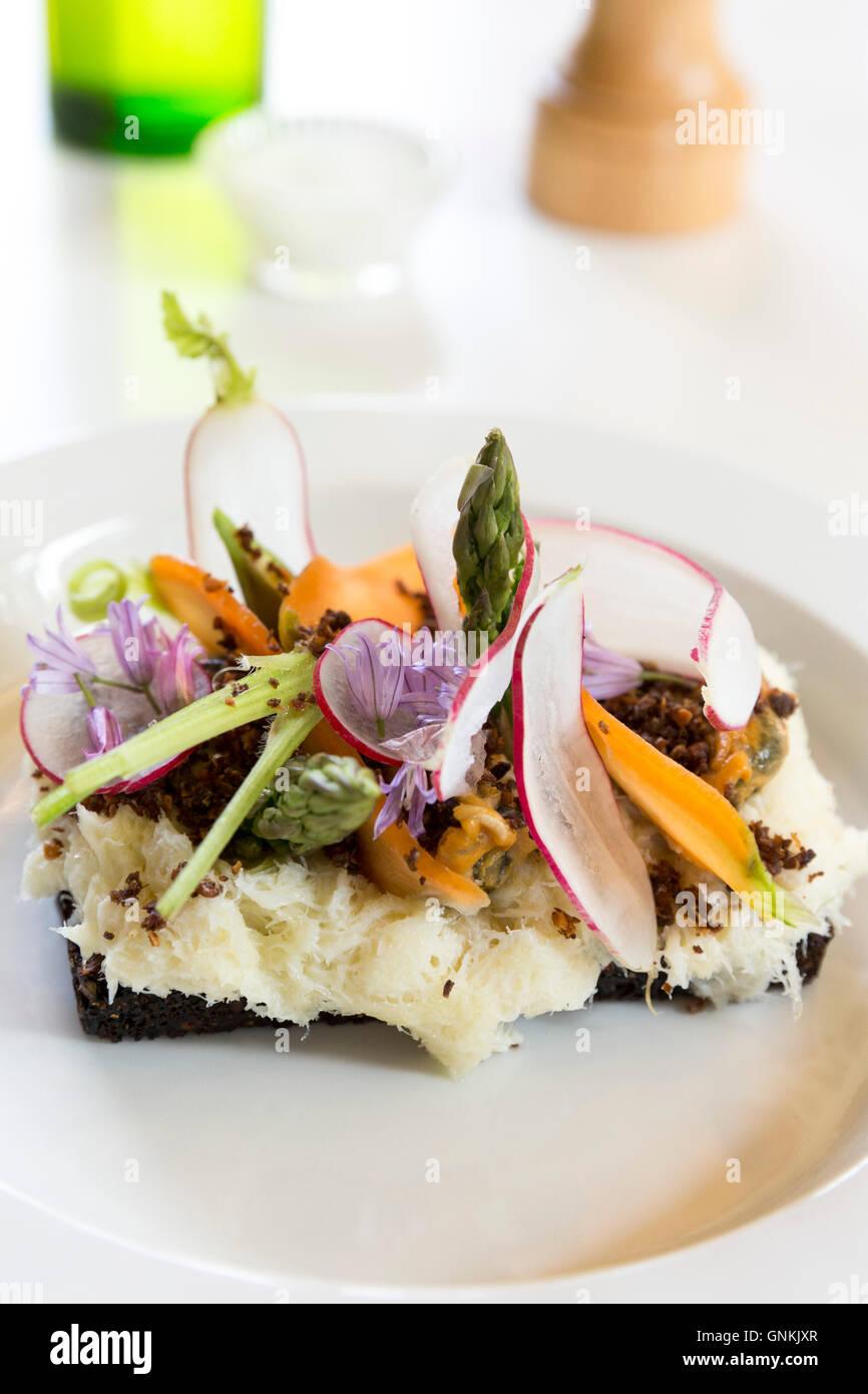 Mittags snacks Kabeljau - Sammelsurium Nordic Open Sandwich auf minimalistischen weißen Porzellanteller - Smorrebrod Stockbild