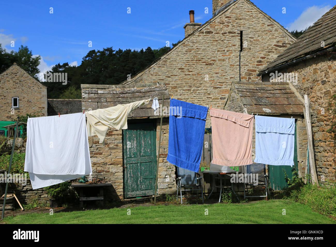 Wäsche zum Trocknen auf eine Wäscheleine an einem sonnigen ...