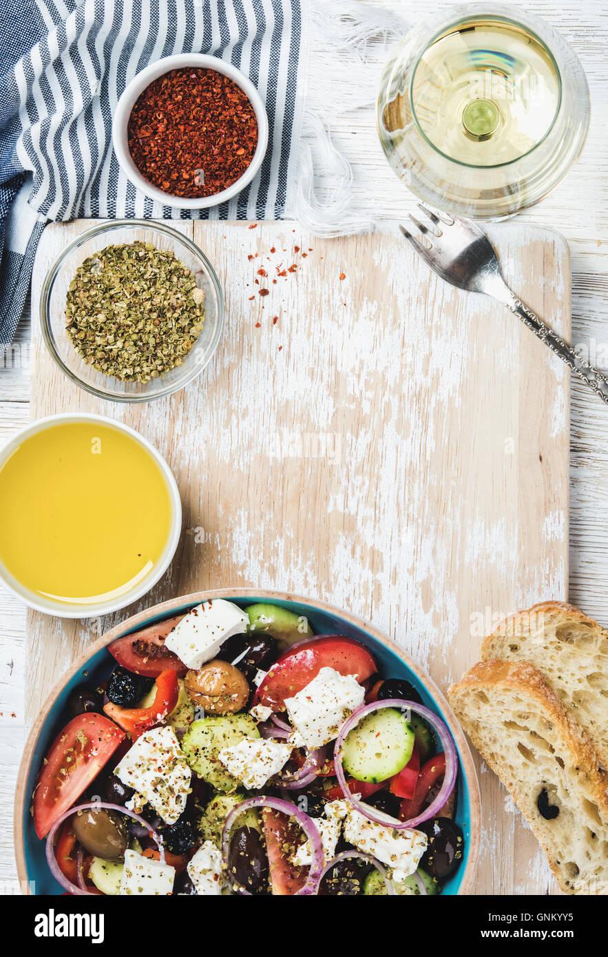 Griechischer Salat mit Olivenöl, Brot, Kräutern und Weißwein Stockbild