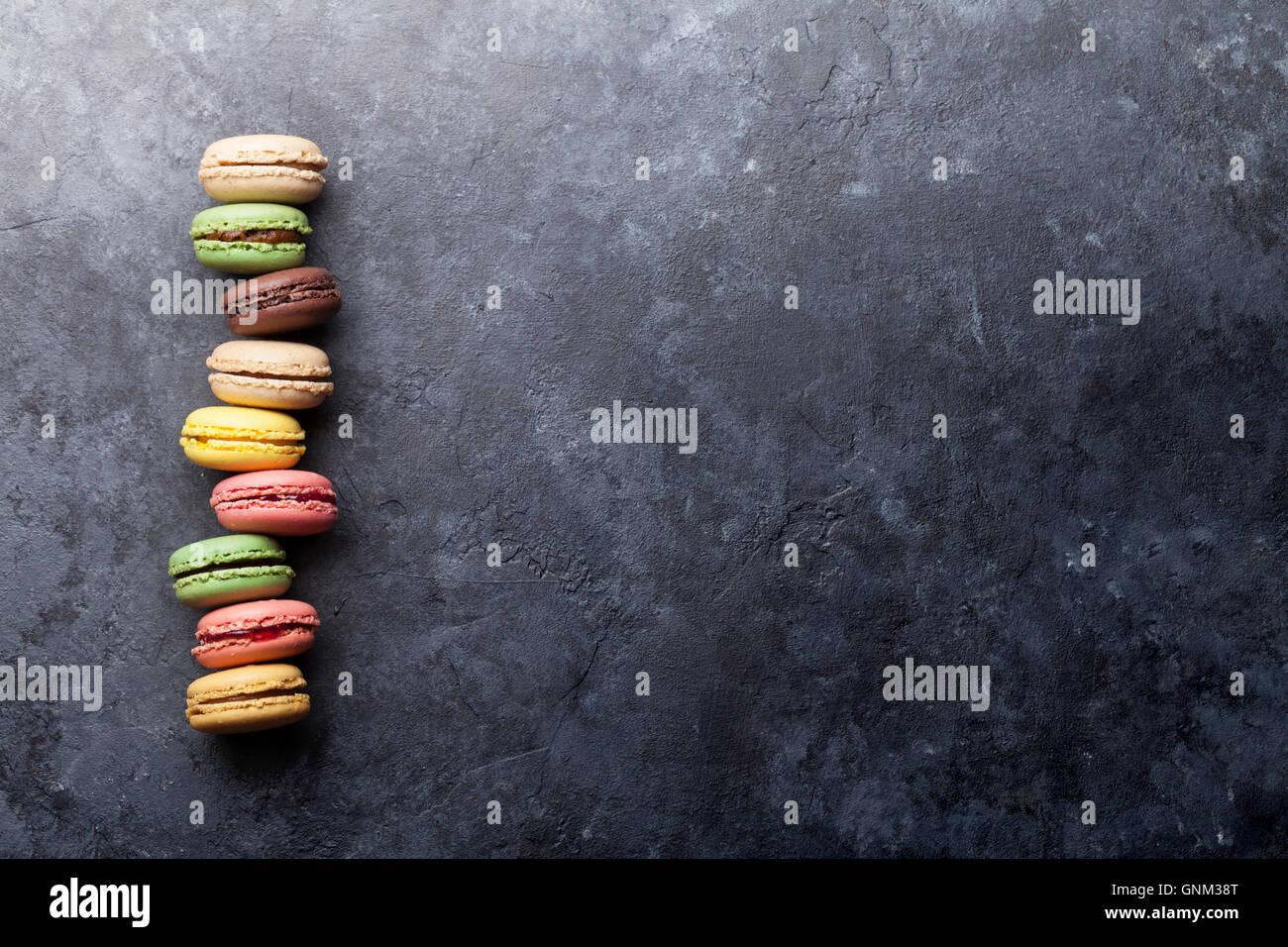 Bunte Makronen auf steinernen Tisch. Süßen Macarons. Draufsicht mit textfreiraum für Ihren Text. Stockbild