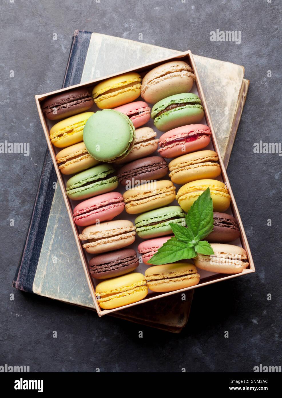 Bunte Macarons in einer Geschenkbox am Steintisch. Süßen Macarons. Ansicht von oben Stockbild