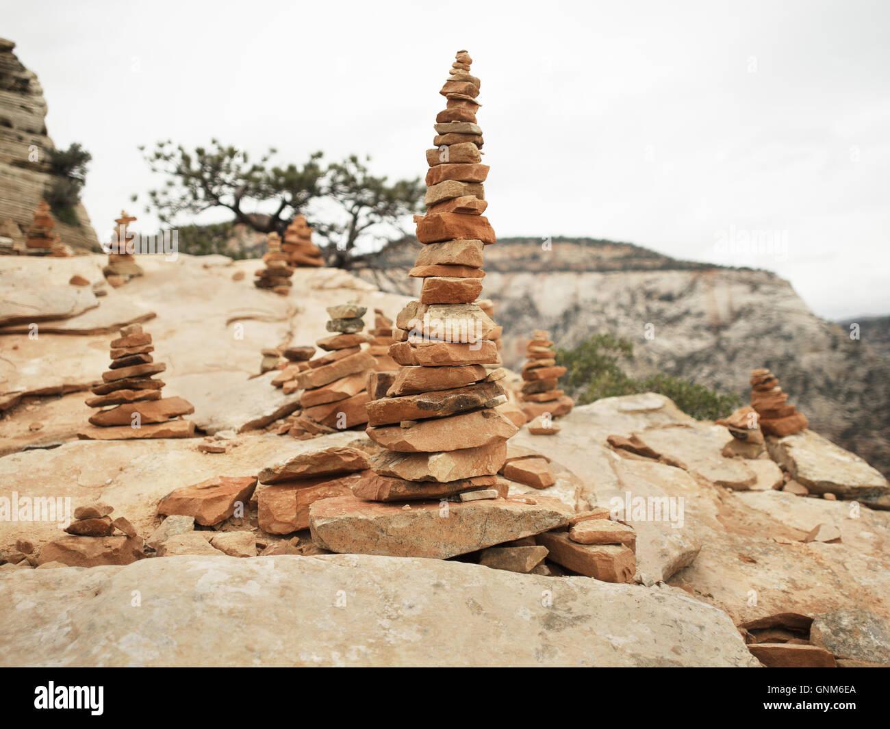 Stapel von Steinen kennzeichnen den Weg für Pfade im Zion National Park und andere Wanderungen im südlichen Stockbild