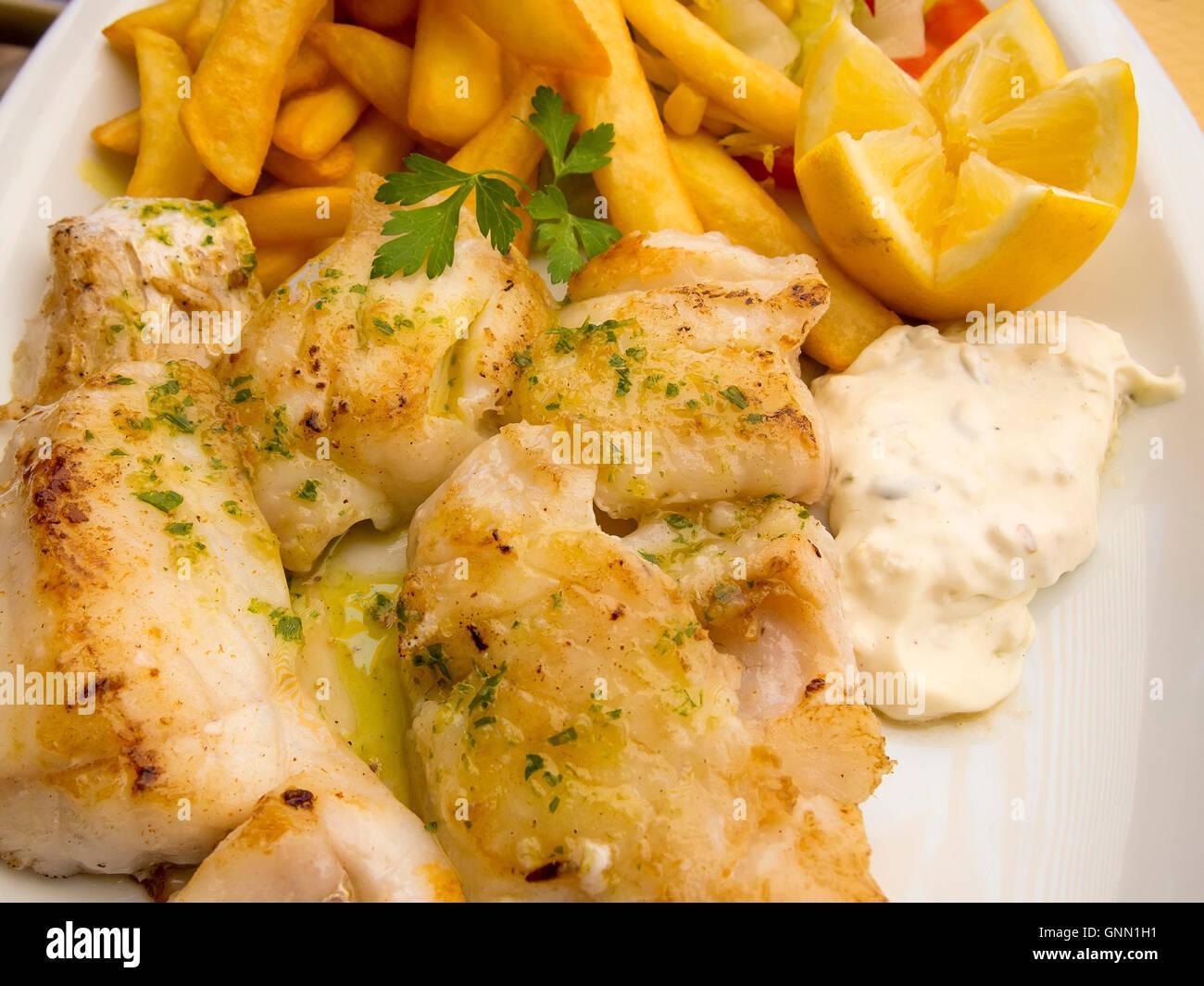 Gegrillter Fisch mit Pommes Frites und mayonnaise Stockbild